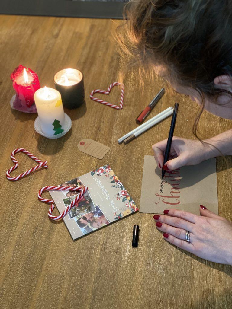 Frau schreibt Weihnachtskarten von Kaartje2go