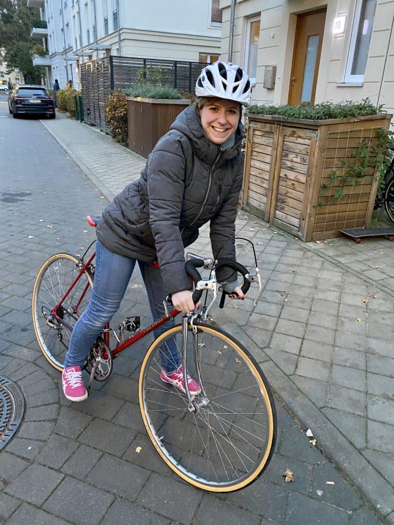 junge Frau auf einem Cilo Swiss Rennrad