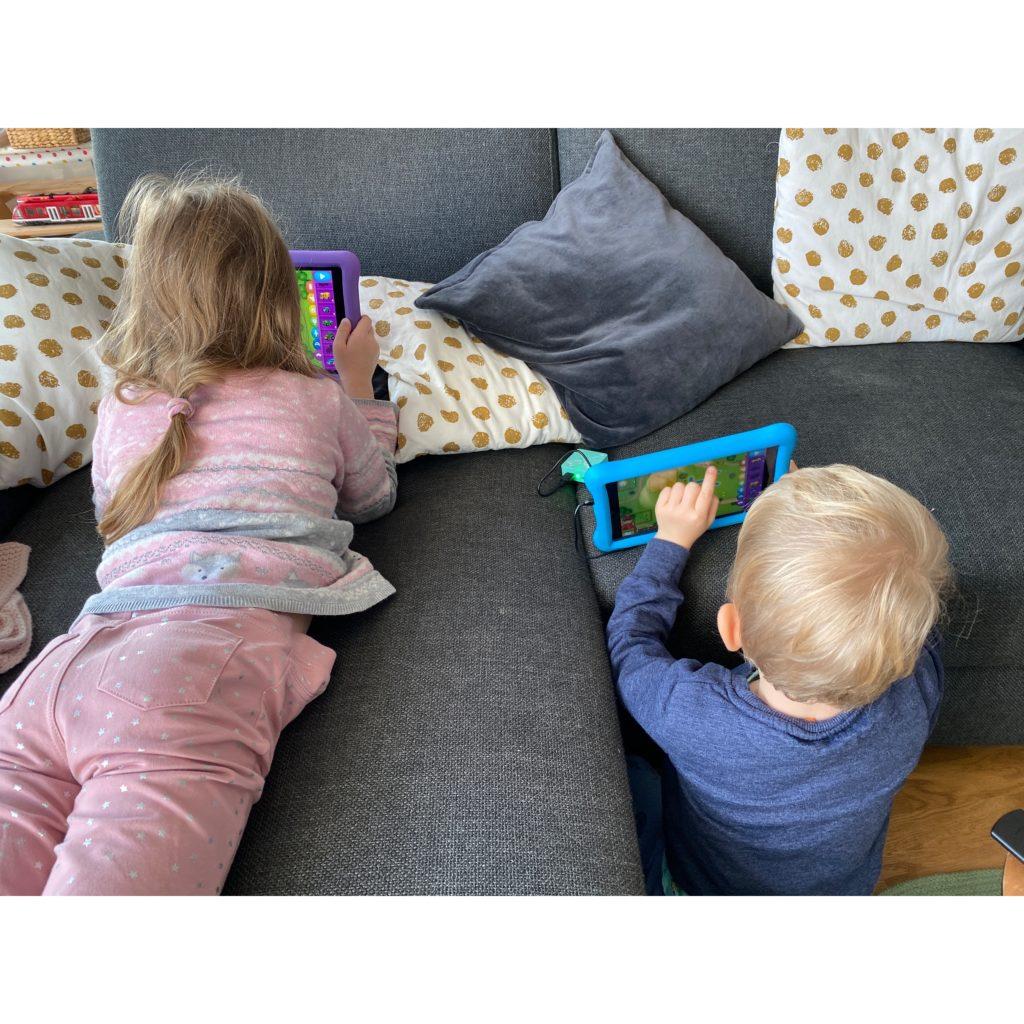 Samstagmorgens sind beide Kinder an ihren Tablets