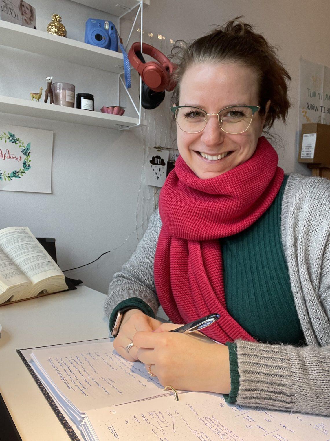 Jurastudentin am Schreibtisch